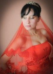 Красное свадебное платье и бежевый костюм тройка